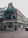 foto van Hoekpand Lange Kerkstraat met hoge tuitgevel