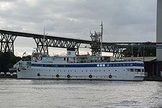Schleswig-Holstein, Hochdonn, Fähranleger am N-O-Kanal; das Motorschiff Brahe lag dort als Hotelschiff für Wacken Open Air 2015 NIK 5435.jpg