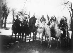 EDWARD SHERIFF CURTIS LE PHOTOGRAPHE DES AMÉRINDIENS 240px-Six_tribal_leaders