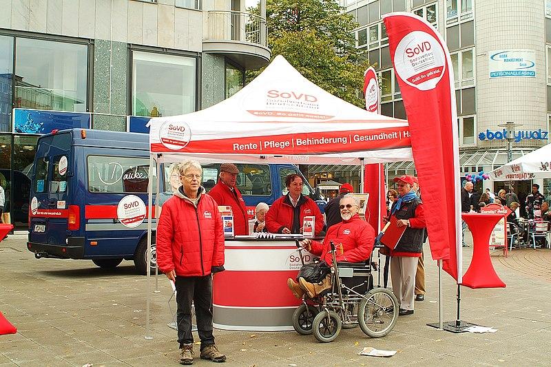 Datei:SoVD Sozialverband Deutschland, Info-Stand So geht sozial, Rente, Pflege, Behinderung, Gesundheit, Hartz IV, beim bundesweiten Aktionstag Umfairteilen, hier in Hannover.jpg