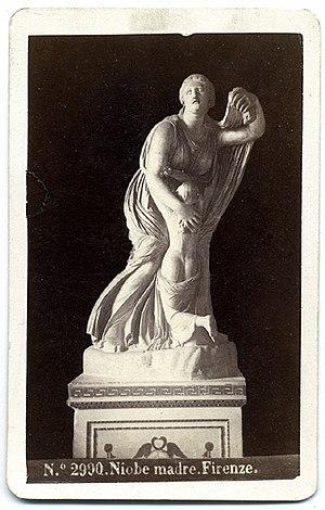 Niobium - Image: Sommer, Giorgio (1834 1914) n. 2990 Niobe madre Firenze