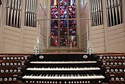 Spieltisch und Prospekt, Orgel, St. Martin Freiburg.jpg
