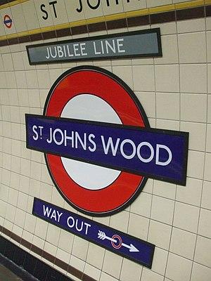 English: St Johns Wood tube station platform r...