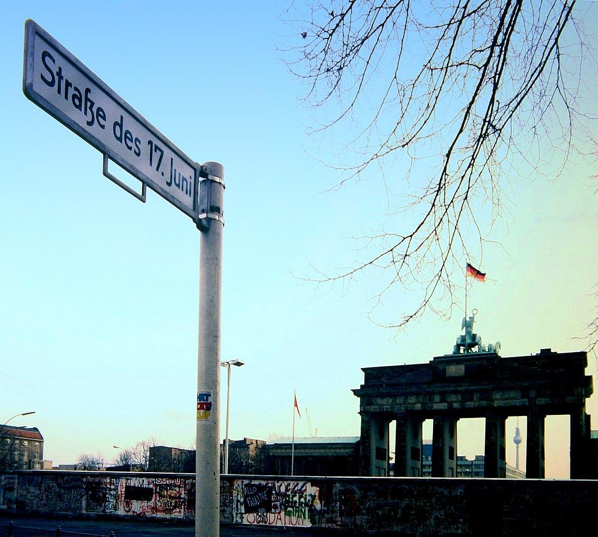 Straße des 17. Juni mit Blick auf die Mauer vor dem Brandenburger Tor, 1988.JPG