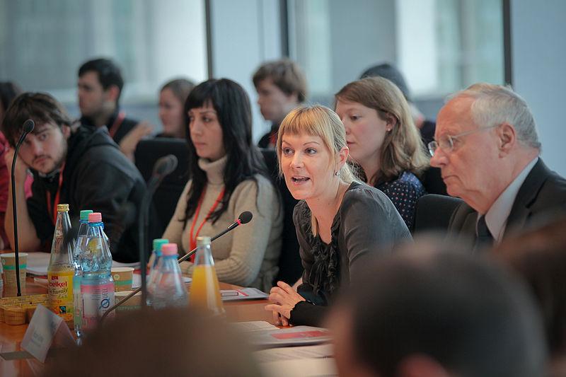 Datei:Studierendenkonferenz Krise Bildung Zukunft - Nicole Gohlke und Oskar Lafontaine (3).jpg