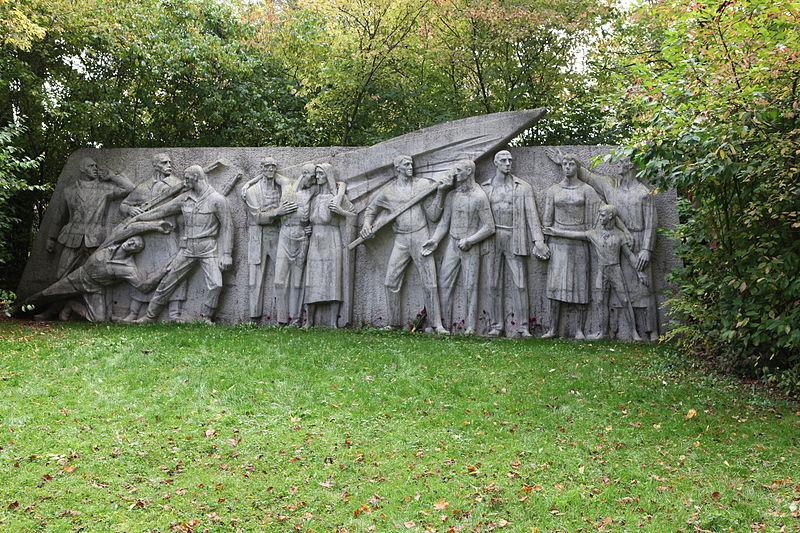 File:Suhl-Stadtpark-Denkmal-Kämpfer-gegen-den-Faschismus.jpg