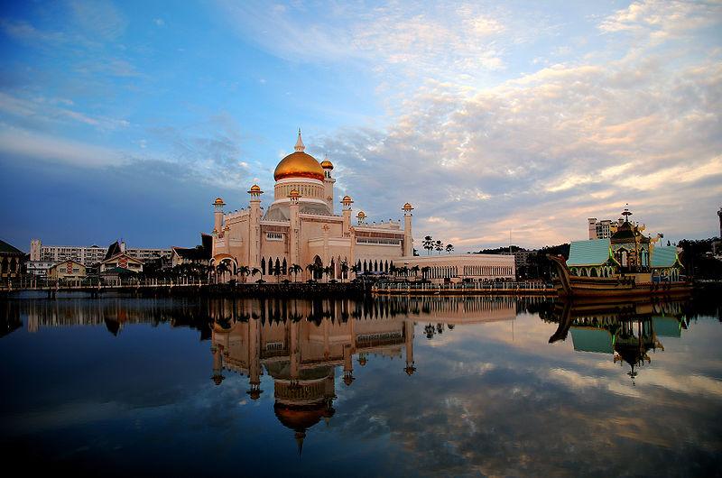 File:Sultan Omar Ali Saifuddin Mosque 05.jpg