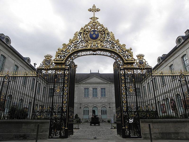 Grille d'entrée de l'Hôtel-Dieu de Troyes (10).