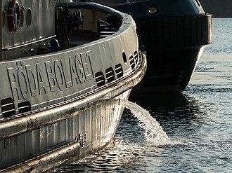 Sailing ballast - Tugboat Boss discharging ballast water before departure