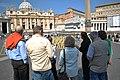 Turistas en la Plaza de San Pedro.JPG