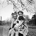 Twee meisjes met een hond, Bestanddeelnr 252-1924.jpg