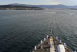 Yaklaşan bir gemiden sahil ve liman manzarası