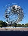 De Unisphere, een grote sculptuur van een metalen bol