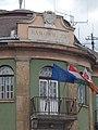 Városháza, Gonda György kőből készült városi címerével, 2017 Dorog.jpg