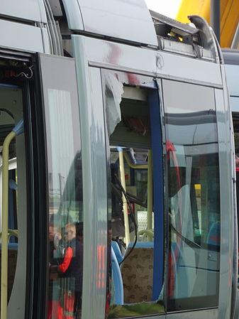 Valenciennes & Anzin - Déraillement de la rame de tramway n° 17 à la sortie du dépôt de Saint-Waast le 11 avril 2014 (021).JPG