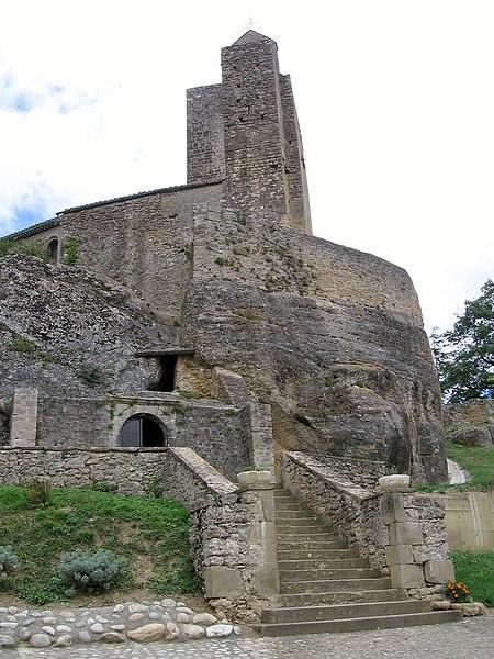 Entrée de l'église semi-rupestre de Vals (Ariège)