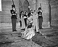 Vertrek van Hare Koninklijke Hoogheid Prinses Beatrix en Irene naar de stadsscho, Bestanddeelnr 910-5081.jpg