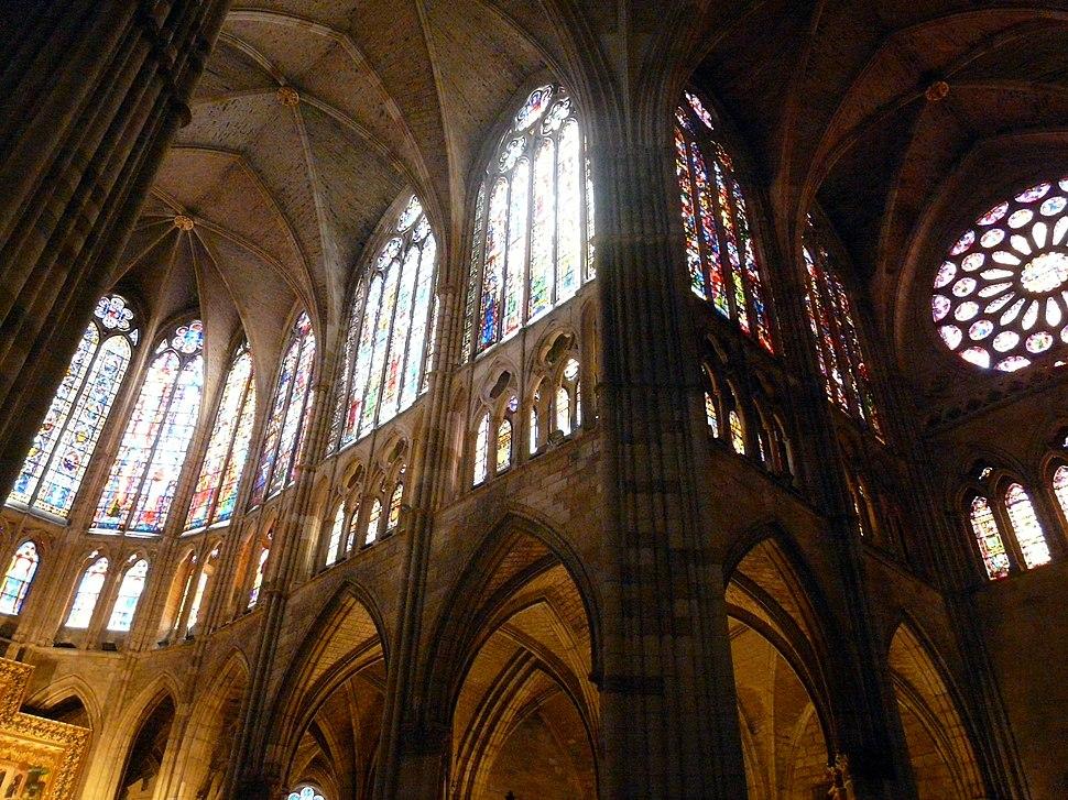 Vidrieras en la cabecera y crucero sur, catedral de León