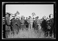 Visit to Beersheba Agricultural Station (Experimental) by Brig. Gen. Allen & staff & talks to Bedouin sheiks of district by station superintendent. Field of Australian wheat - experiment - LOC matpc.20539.jpg