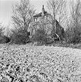 Voorgevel boerderij, omgeven door geboomte, akker op de voorgrond - Grijpskerke - 20398618 - RCE.jpg