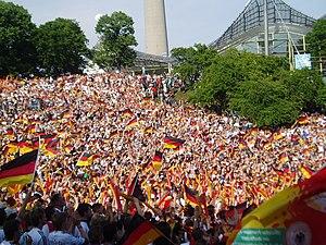Deutsch: Fans im Olympiapark München beim Spie...