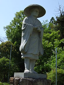 A status of Ennin, an important disciple of Saicho with blue sky in the background, facing right