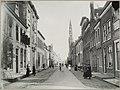 Zicht op de toren van het stadhuis en straatbeeld met gevelwanden van de Langestraat - Alkmaar - 20005787 - RCE.jpg
