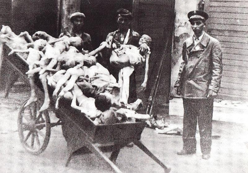 Enfants morts de faim et de maladie dans le ghetto de Varsovie entre 1941 et 1942.