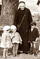 Święta Urszula z dziećmi 1936.jpg
