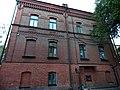 Запарина, 57 - правая боковая сторона, забавная деталь - серый кирпич заканчивается внезапно в середине здания.jpg
