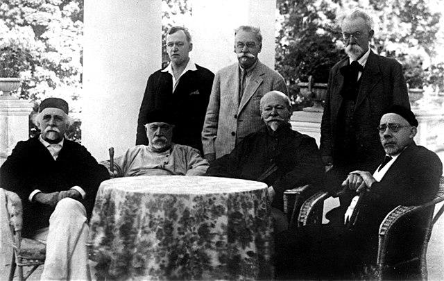 Слева направо: сидят Н.Д.Зелинский, И.А.Каблуков, Н.М.Кижнер, А.Н.Северцов; стоят Н.Н.Лузин, М.Н.Розанов и В.И.Вернадский. 1934