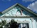 Фронтон дома, стоящего на территории Сергиево-Казанского кафедрального собора.JPG