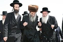 """הרב אהרן טויסיג (מימין) עם האדמו""""ר מאלכסנדר"""