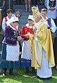 02017 0662 Bischof Szal übergibt der Gläubigen die Heiligenbildchen.jpg
