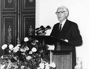 Niall MacDermot - Niall MacDermot (acceptance speech Erasmus Prize 1989 on behalf of the International Commission of Jurists)
