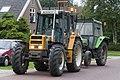 2011-08-22 EX PS 4548 - defecte tractor wordt door een andere tractor weggesleept.jpg