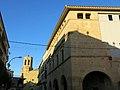 24 Ajuntament de Linyola, al fons Santa Maria.JPG