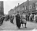 700-jarig bestaan van Vianen, mr J Klaasesz als Floris V begeven zich naar het, Bestanddeelnr 911-5803.jpg