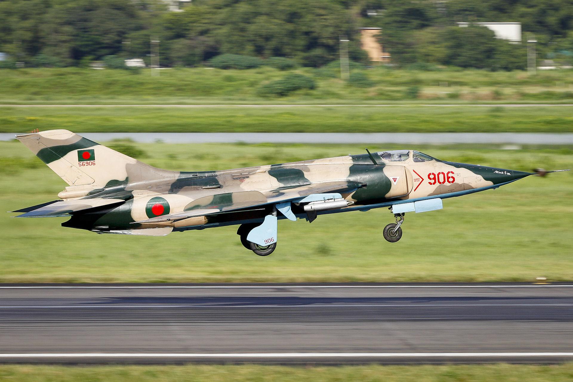 السودان ربما استلم اعداد اضافيه من مقاتلات Su-24 Fencer 1920px-906_Nanchang_A-5_Landing_%288138183528%29