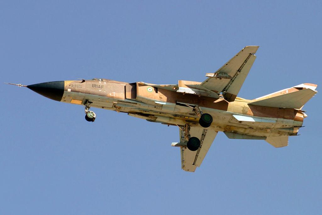 المقاتله Su-24 Fencer القاذفه  1024px-A_Sukhoi_Su-24MK_of_IRIAF_flighting_over_Shiraz