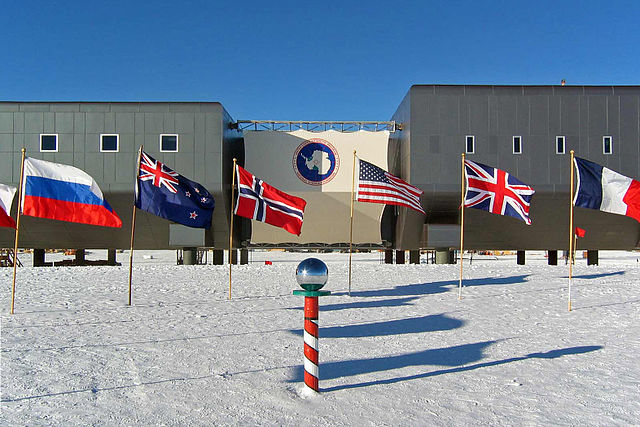 Amundsen-scott-south pole station 2007 edit1