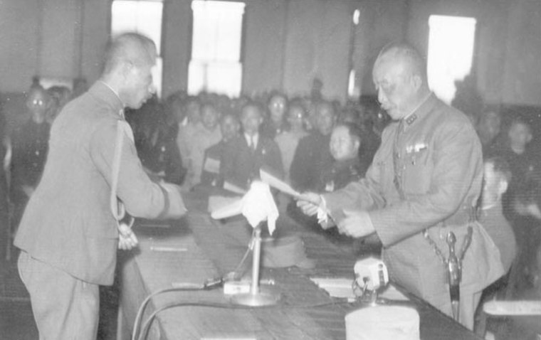 Chen Yi (right) accepting the receipt of Order No. 1 signed by Rikichi Andō (left), the last Japanese Governor-General of Taiwan, in Taipei City Hall