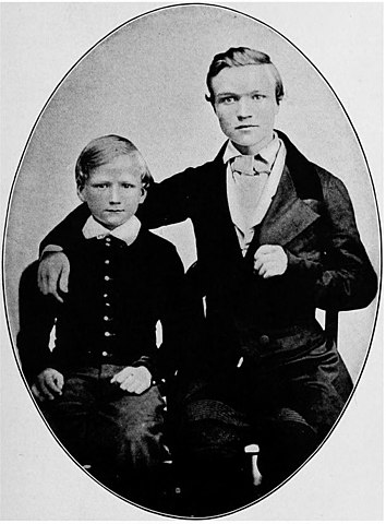 Эндрю в возрасте 16 лет со своим братом Томасом