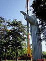 Após cinco anos do início da construção do Cristo Salvador de Sertãozinho, a estátua com 18 metros de altura foi içada para o pedestal no alto do Morro do Vanzela em Sertãozinho. A escultura, feita - panoramio.jpg
