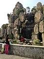 Artefarita akvofalo kaj statuo de testudo en parko (Dongguano) 02.jpg