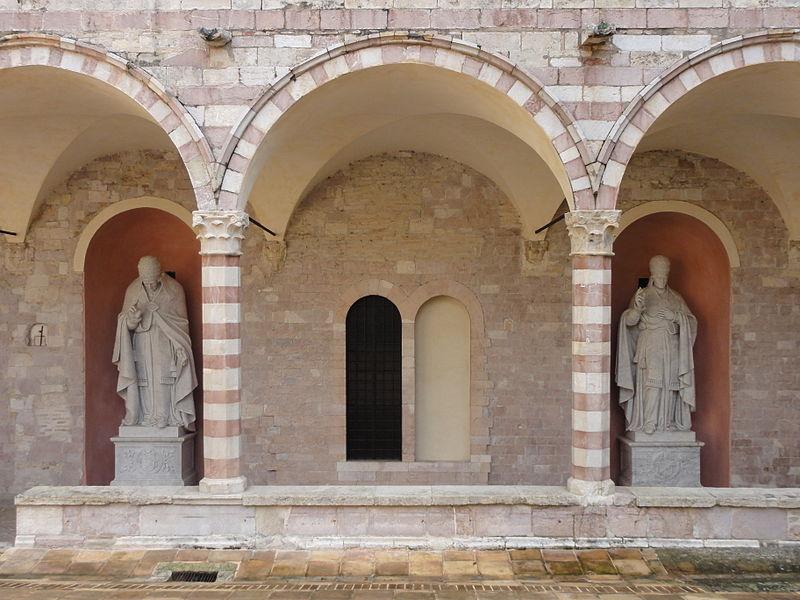 File:Assisi, Chiostro di Sisto IV (lato est), statue di Pio VII e Pio IX.JPG