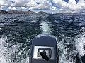 Barco navegando en el Lago Titicaca hacia Isla del Sol.jpg