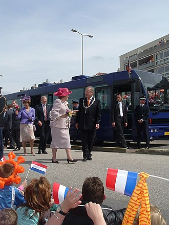 Koningsdag - Queen Beatrix speaks with the mayor of The Hague, Wim Deetman in Scheveningen, Koninginnedag 2005.