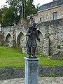 Binche Porte Saint-Paul statue du Pierrot (bronze) 2014.jpg