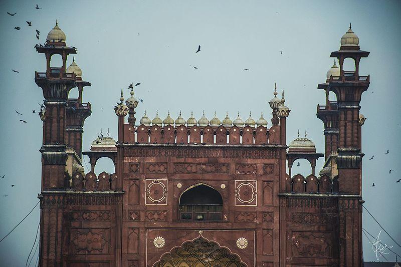 Birds flying around the Badshahi Masjid, Lahore.jpg
